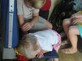 Дети резвятся в электричке