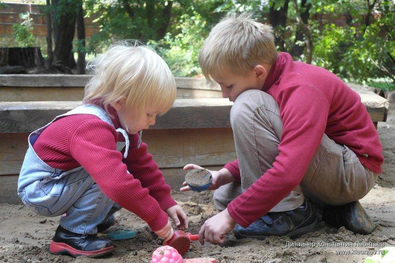 На детской площадке в Аптекарском огороде