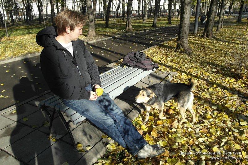 На скамейке в сквере Девичьего Поля. Подошла собака