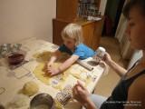 Вырезают кружки теста чашкой
