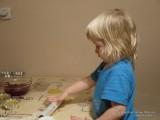 Раскатывает скалкой тесто
