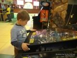 Данил играет в пинбол
