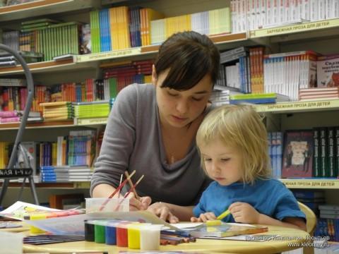 Таисена рисует в детском отделе в Библио-Глобусе