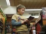 Мыслитель за книгой в Библио-Глобусе