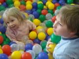 Дети зарылись в шариках