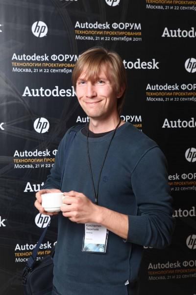 Фото мужчины в свитере с чашкой кофе в руках