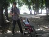 Фото мужчина в зеркале в парке