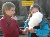 Фото детей со сладкой ватой в московском зоопарке