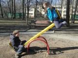 Фото детей на качлях в детском парке в Филях