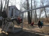 Фото деттей на качелях в весеннем парке апрель Москва