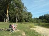 Фото дети на скамейке на берегу озера