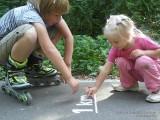 Фото дети читают надпись на асфальте