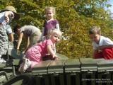 Фото дети играют на танке