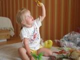 Фото девочка играет с бабочками на ковре