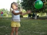 Фото девочка играет с мячом