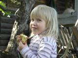 Фото девочка кушает кекс