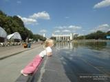 Фото девочка у фонтана