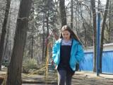 Фото девочки на детской площадке в Филевском парке апрель