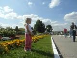 Фото девочка на газоне