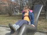 Фото девочки в кресле-скульптуре в парке Музеон на Крымской набережной