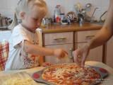 Фото девочка готовит пиццу