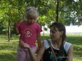 Фото девочка рассказывает маме