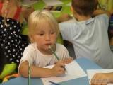 Фото девочка с карандашом и бумагой