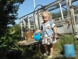 Фото девочка с лейкой в саду