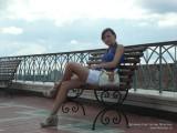 Фото девушка сидит на скамейке