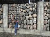 Фото девочки у скульптуры памяти жертв политических репрессий в Музеоне