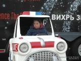 Фото девочки в машинке на аттракционе в парке Горького