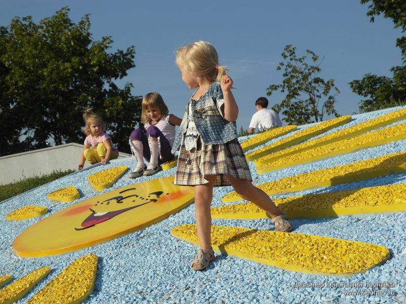 Фото девочки играют на солнышке