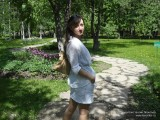Фото девушки на дорожке в парке