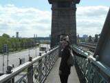 Фото девушки на мосту