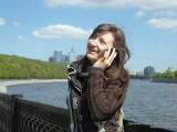 Фото девушка с телефоном на набережной