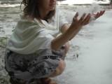 Фото девушки с тополиным пухом в руках