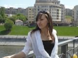Фото девушки у перил моста