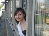 Фото девушка выглядывает из окна