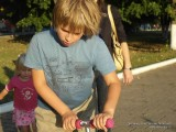 Фото мальчик едет на самокате