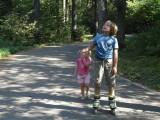 Мальчик и девочка на лыжероллерной трассе фото