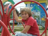 Фото мальчика в красной футболке на карусели