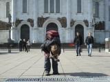 Мальчик снял ботинок на площади у Храма Христа Спасителя