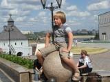 Мальчик сидит на гранитном шаре