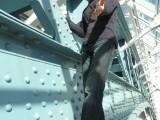 Фото парень на металлоконструкциях моста