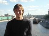 Фото парень на мосту над Москвой рекой
