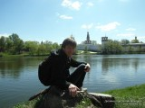 Фото парень сидит на камне на берегу пруда