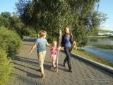 Семья идет по дорожке в парке