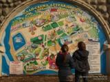 Дети рассматривают схему парка аттракционов в парке Горького в Москве