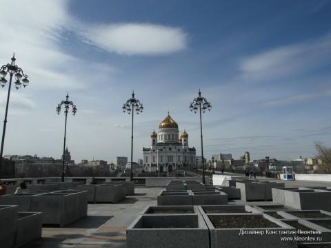 Фото вид Храма Христа Спасителя в апреле на фоне голубого неба