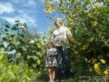 Фото внучка с бабушкой в саду